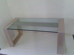 Tavolo in legno con piano in vetro minimalista