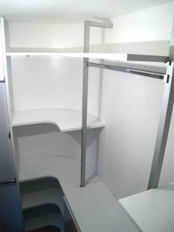 Cabina armadio con parete curva con struttura alluminio da Creocasa