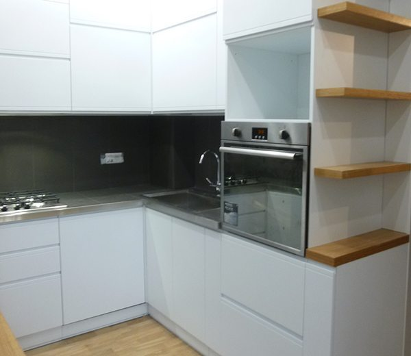 cucina-pilastri-nel-muro, cucina su misura in legno