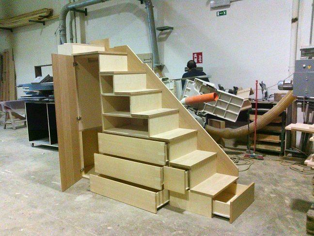 scala in legno con guardaroba e libreria