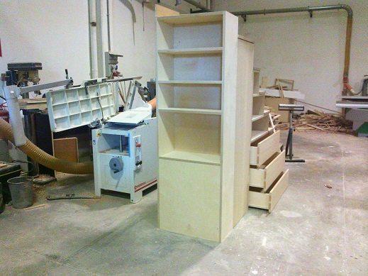 scala in legno con guardaroba e libreria in betulla