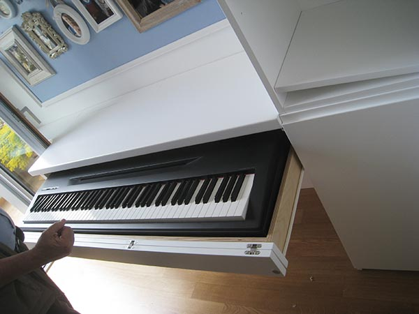 il cassetto sotto il tavolo scorre, il frontale si apre ed è possibile suonare il piano senza dover estrarlo necessariamente