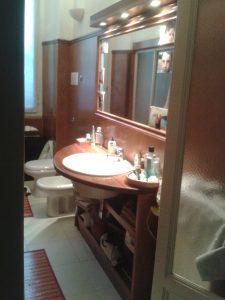 quali materiali per il mobile bagno su misura con specchio