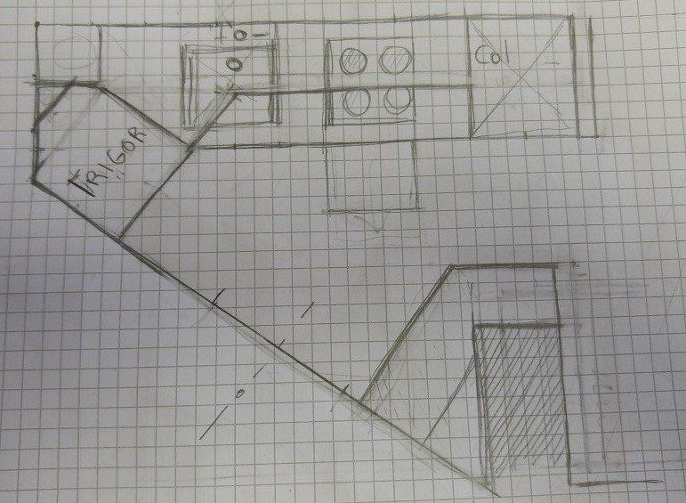 Cucina in stanza triangolare con pilastro