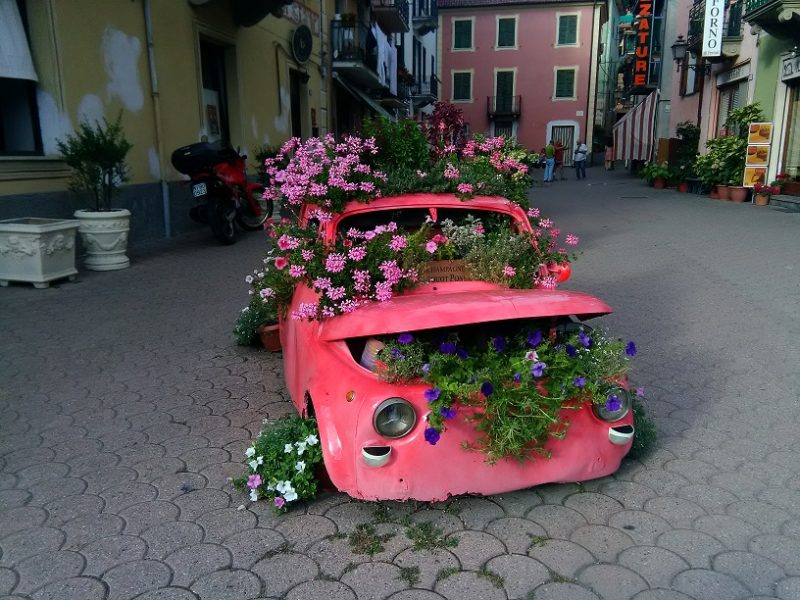 Arredare aree e giardini con materiale di riciclo ( la 500 )